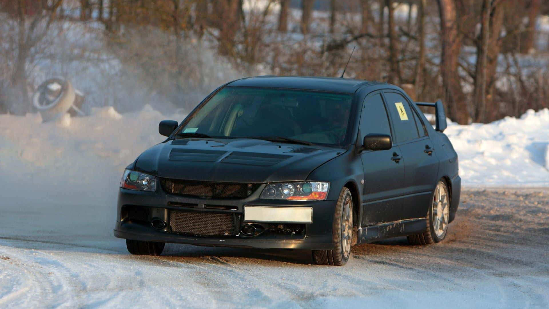 A Mitsubishi Evo encounters a slippery situation and goes full WRC!
