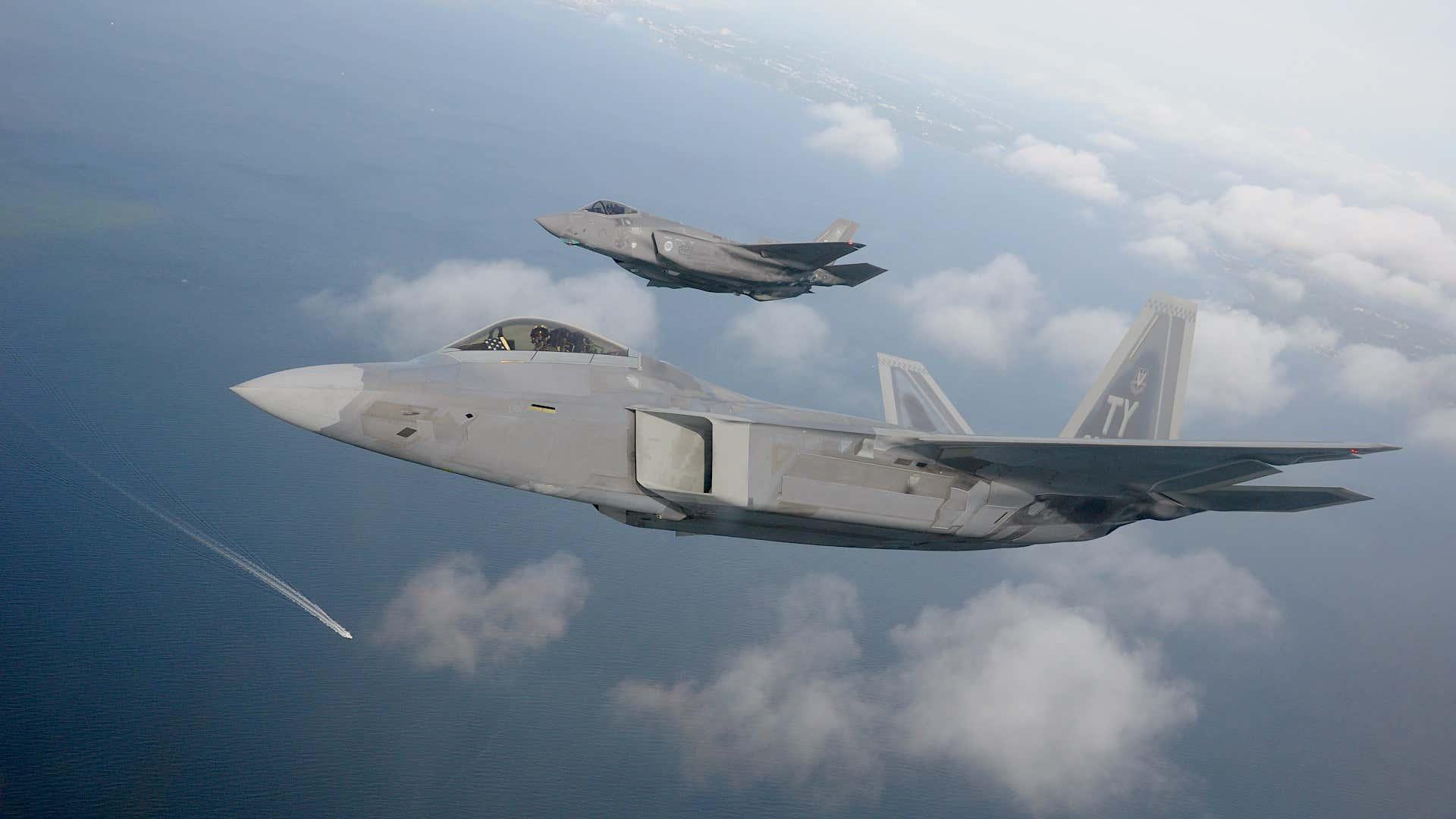 Pifias de la industria militar norteamericana: El ejército de EE. UU. Ni siquiera rastrea cuántas armas pierde, y ha perdido miles - Página 2 Message-editor%2F1620083872978-f-22-f-35