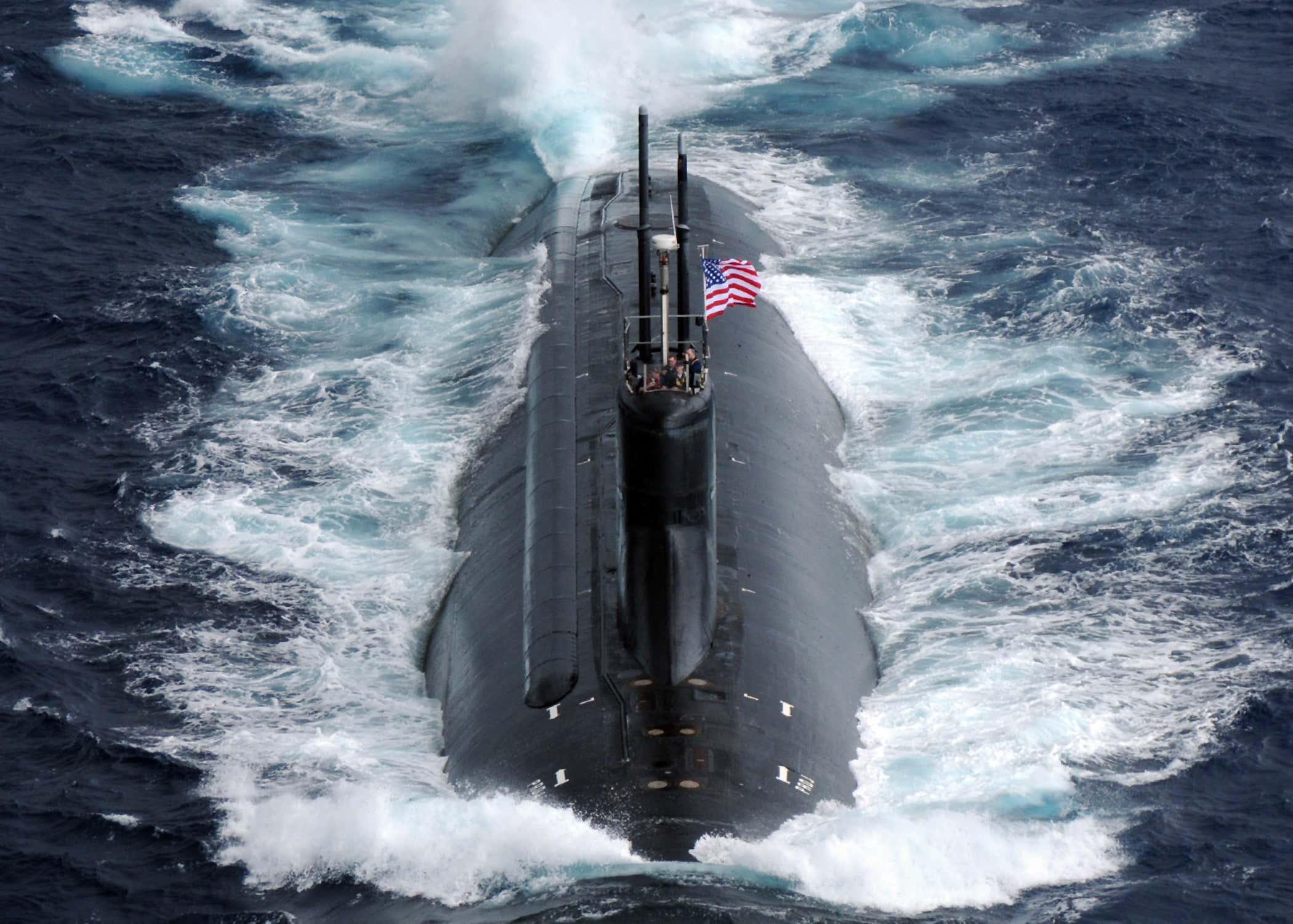 لماذا لا تزال الغواصات النووية بمليارات الدولارات تعمل في أشياء تحت الماء  🚀