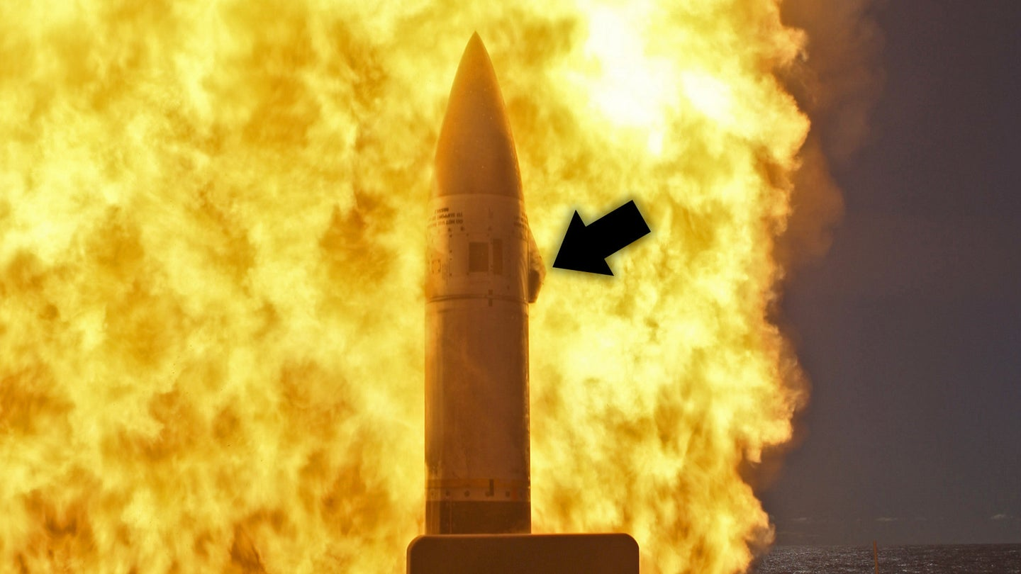 An SM-2 Block IIIB missile at the moment of launch, with arrow added pointing to its infrared homing seekers.