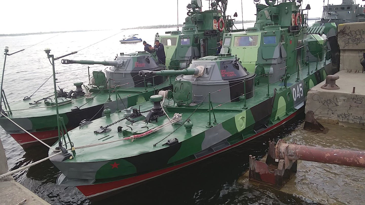 Russian Navy Project 1204, or Shmel class, gunboats. The Caspian Flotilla operates boats of this type and these are likely among the vessels now headed for the Black Sea.